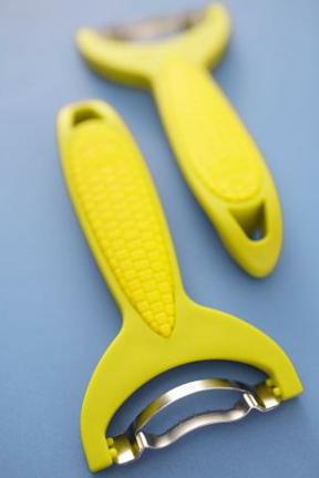 Specially shaped blade makes it easy to take corn kernels off the cob.