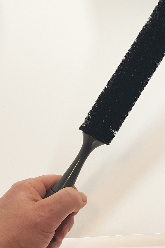 Comfortable handle with long, bendable brush.